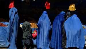 أفغانيات يشترين الفواكه استعدادا لعيد الأضحى في أحد أسواق كابول