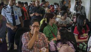 """بكاء وترقب من أهالي ركاب رحلة """"طيران آسيا"""" وفرق الإنقاذ تبحث عن حل للغز"""