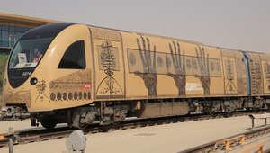 عمل للفنان رشيد قريشي يستخدم فيه الخطوط العربية الدقيقة لتشكيل رموز فنية