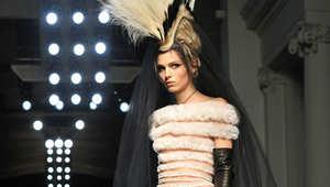 تعرّف إلى أبرز مصممي الأزياء الذين حولوا باريس إلى عاصمة الموضة عالمياً