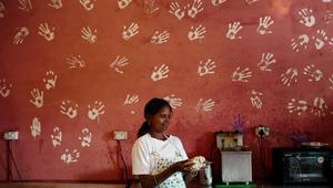 هذا المقهى يوظف النساء من ضحايا