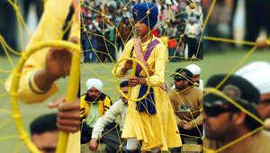 للفروسية معنى آخر في الهند..امتطاء حصانين بطولة بحد ذاتها