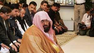 عبد الرحمن السديس يؤم المصلين خلال زيارة إلى باكسان 2007