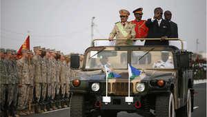 الرئيس الجيبوتي إسماعيل عمر غوليه يحيي الحشود خلال استغراض عسكري في ذكرى استقلال البلاد