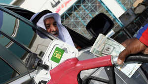 عامل أجنبي في محطة بنزين يملأ سيارة رجل سعودي في الرياض