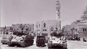 دبابة إسرائيلية أمريكية الصنع من طراز سوبر شيرمان، في منطقة القدس الشرقية بعد حرب الأيام الستة العربية الإسرائيلية عام 1967 والتي استولت فيها إسرائيل على الشطر الشرقي من المدينة