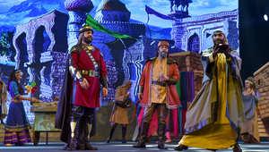 غسان صليبا وعدد من المشاركين في المسرحية.