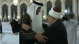 أمير قطر يصافح القرضاوي