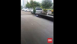 شخص ممدد على الأرض في موقع الانفجار