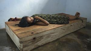 """المرضى العقليون في إندونيسيا """"تطاردهم"""" أرواح """"شريرة""""..ومصيرهم التكبيل بسلاسل في أمكنة ضيقة"""