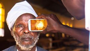 حين تخدم التكنولوجيا الإنسانية.. تطبيق هاتف ذكي يعالج حالات العمى في البلدان الفقيرة