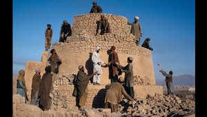 رجال يعملون لإعادة بناء فرن دُمر في قندهار، 1992.