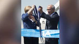 المستشارة الألمانية أنجيلا ميركل ووزير النقل التركي يقطعان شريط افتتاح معرض برلين للطيران