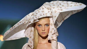 نظرة داخل عالم تصميم القبعات الغريبة
