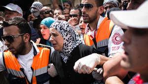 """والدة أبو خضير خلال تشييع جنازته في بلدة """"شعفاط"""" شمالي القدس، والتي شارك فيها آلاف الفلسطينيين الجمعة."""