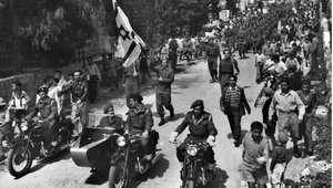 مقاتلون من الهاغاناه الإسرائيلية في مسيرة يرفعون خلالها العلم الإسرائيلية في شوراع القدس الغربية خلال الانتداب البريطاني 1 أبريل/ نيسان 1948