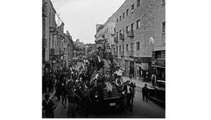 يهود من سكان القدس يلوحون بالعلم الذي أصبح فيما بعد علم إسرائيل، خلال احتقال أمام مبنى الأمم المتحدة بقرار التقسيم 30 نوفمبر/ تشرين الثاني 1947