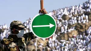 شرطي سعودي يوجه حركة الحجاج في جبل عرفة، 7 ديسمبر/ كانون الأول 2008