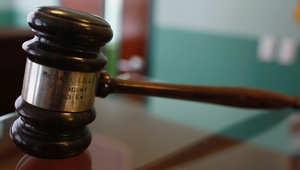 النظر في حكم قاض أصدره قبل 15 عاماً لشعوره بتأنيب الضمير