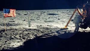 العلم الأمريكي بسطح القمر