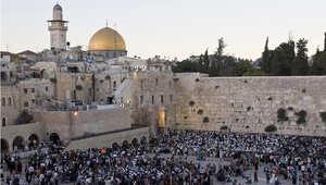 يهود يؤدون الصلاة عند حائط المبكى في القدس