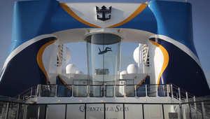 روبوتات وآلات محلقة على متن سفينة ترتفع أعلى من أهرامات الجيزة