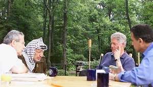 الرئيس الأمريكي بيل كلنتون في اجتماع مع الرئيس عرفات 18 يوليو/ تموز 2000 خلال وساطته في محادثات السلام الفلسطينية  الإسرائيلية في كامب ديفيد
