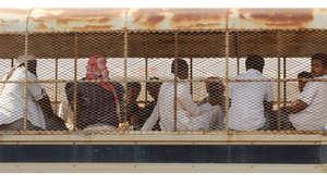 مشتبه فيهم يمنيون محتجزون خلال نقلهم في مركبة للشرطة السعودية في منطقة جازان 9 نوفمبر/ تشرين الثاني 2009