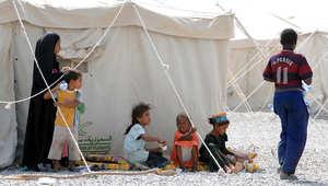 أطفال يجلسون في مخيم بمنطقة جيزان نزح اليه يمنيون وسعوديون من المناطق التي تدور فيها المعارك بين الحوثيين والجيش السعودي 16 نوفمبر/ تشرين الثاني 2009
