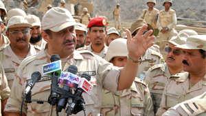نائب وزير الدفاع السعودي الأمير خالد بن سلطان يتحدث إلى الجنود خلال زيارته لجبهة القتال مع الحوثيين جنوب المملكة 23 يناير/ كانون الأول 2010