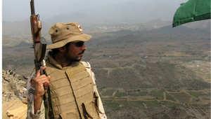 جندي سعودي يقف في موقع عسكري في جبل دود في الخوبة بمنطقة جيزان على الحدود مع اليمن 27 يناير/ كانون الثاني 2010