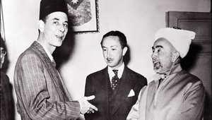 ملك الأردن عبدالله الأول بن الحسين (يمين) يتحدث مع عبد الرحمن عزام الأمين العام لجامعة الدول العربية وبينهما الأمير عبدالإله بن علي وصي عرش العراق، 15 مايو/ أيار 1948،