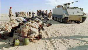 جنود سعوديون يتوقفون للصلاة خلال عاصفة الصحراء