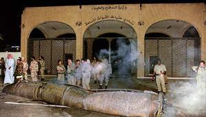 جنود سعوديون يتفقدون حطام صاروخ سكود عراقي سقط في الرياض 22 يناير/ كانون الثاني 1991