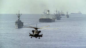 صورة أرشيفية لسفن أمريكية ترافق ناقلتي نفط كويتيتين في مياه الخليج 1987