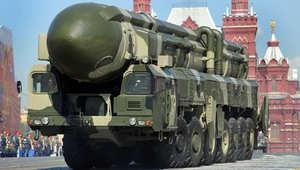 صورة أرشيفية لصاروخ روسي من طراز توبول- م، العابر للقارات في استعراض عسكري بالساحة الحمراء وسط موسكو، مايو/ أيار 2009