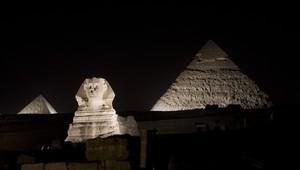 منظر ليلي للأهرامات بمصر
