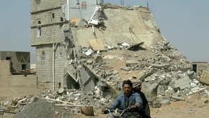يمني يقود دراجته قرب مبنى مدمر في صعده بعد الهدنة مع الحوثيين 21 فبراير/ شباط 2010