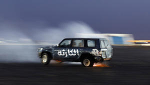 """""""التفحيط"""".. إثارة وتهور وجرأة بسيارات شباب في الإمارات"""