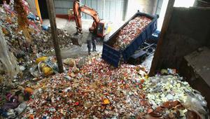 """من حاويات الزبالة إلى منضدات الطعام.. هذه هي مقاهي النفايات """"العصرية"""""""