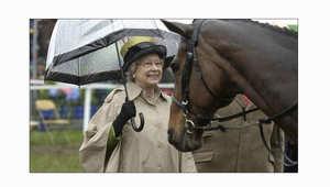 الأميرة هيا تكرم الملكة إليزابيث الثانية لإنجازاتها في الفروسية