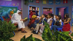 وزير خارجية الإمارات عبدالله بن زايد يقرأ قصة للصغار
