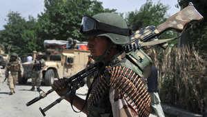 جندي أفغاني يحمل سلاحه