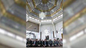 بالصور: الأسد يؤدي صلاة العيد في مسجد الصفا بحمص.. وخطيب العيد: طاب إيمانك بالله ورسوله