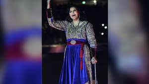 المطربة الإماراتية أحلام تغني خلال احتفالية على هامش مباراة ودية لكرة القدم في الكويت كجزء من حفل افتتاح ملعب جابر الأحمد الدولي