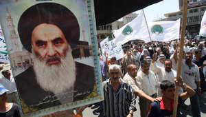 عراقيون يحملون صورة السيستاني