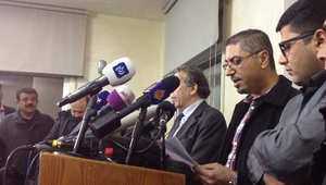 سائد الضلاعين رئيس لجنة مناصرة الطيار الأردني معاذ الكساسبة،(في الوسط) يتلو بيانا في ديوان العشيرة بعمان 31 يناير/ كانون الثاني 2015