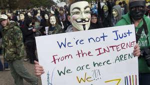 محتج يرتدي قناعا لحركة أنونيموس