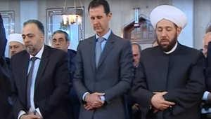 الرئيس السوري بشار الأسد خلال تأديته الصلاة
