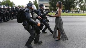 بعد هجوم دالاس.. هل تُصبح هذه الصورة رمزاً للاحتجاجات على عنف الشرطة ضد السود؟